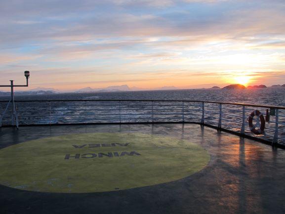 An Deck der Vesteralen mit Sonnenaufgang