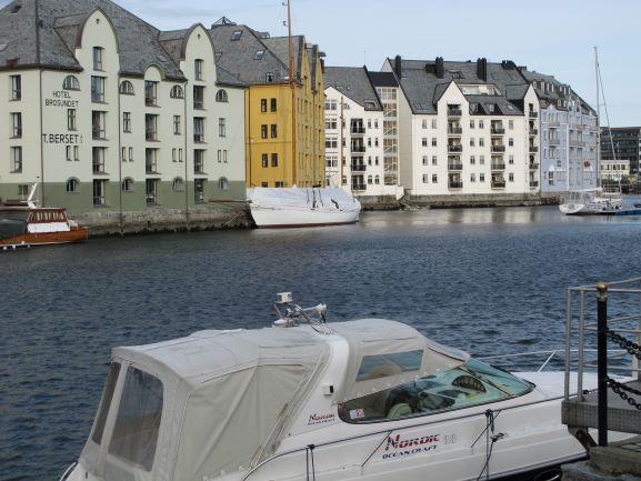 Blick auf den Hafen von Alesund