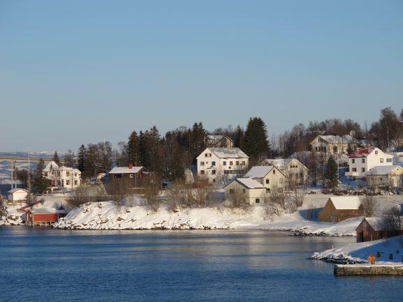 Blick auf Häuser an der norwegischen Küste