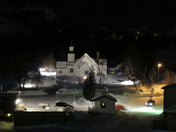 Blick nachts auf eine angestrahlte weisse Kirche